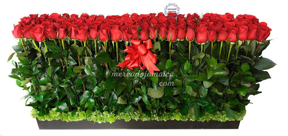 Arreglo con 100 rosas rojas